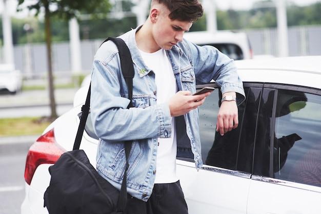 Un Jeune Homme Attend Un Passager à L'aéroport. Photo gratuit