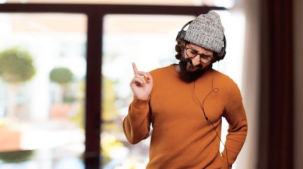 Jeune homme barbu écoutant de la musique Photo Premium
