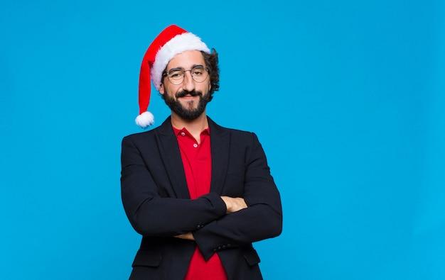 Jeune homme barbu fou avec bonnet de noel. concept de noel Photo Premium