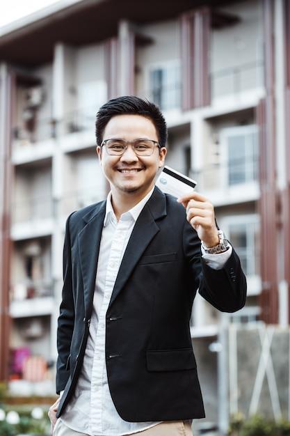 Le Jeune Homme Beau Aime Faire Des Achats En Ligne Sur Un Téléphone Mobile Avec Une Carte De Crédit. Photo gratuit