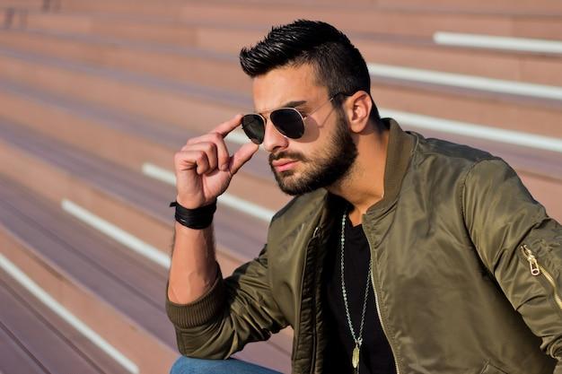 91da51927654e7 Jeune homme beau regardant la vue de la ville, lunettes de soleil ...