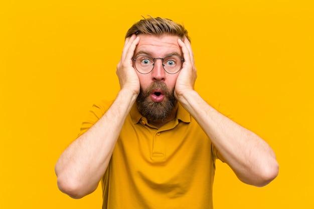 Jeune Homme Blond, Désagréablement Choqué, Effrayé Ou Inquiet, Bouche Grande Ouverte Photo Premium