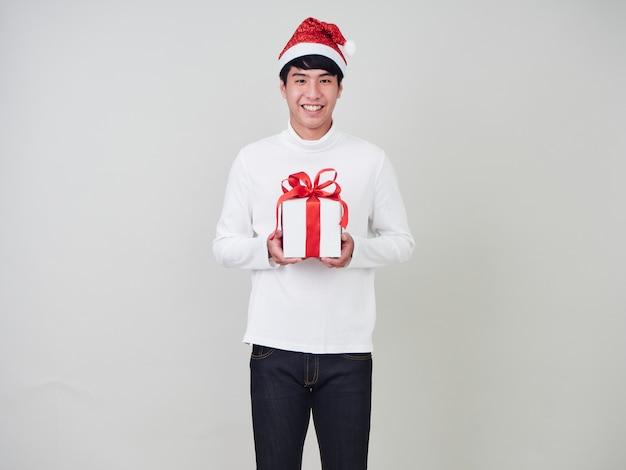 Jeune homme avec une boîte de cadeau de noël Photo Premium