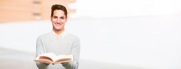 Jeune homme bronzé avec un livre Photo Premium