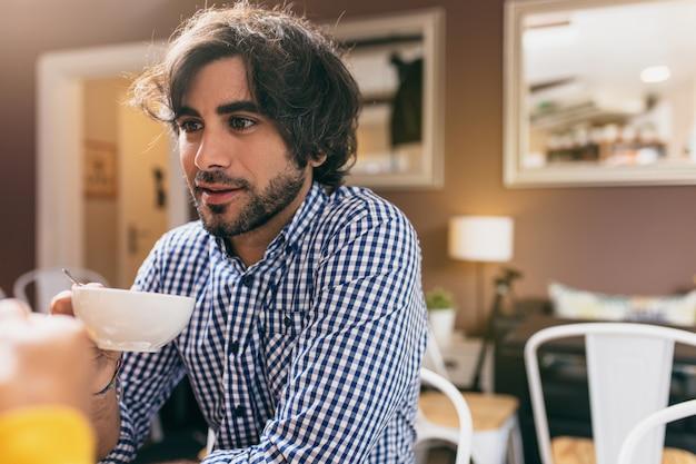 Jeune homme buvant un thé au café avec sa petite amie. Photo Premium