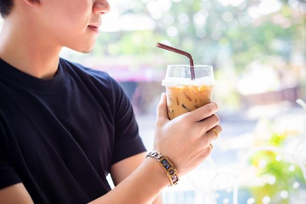 Jeune homme avec café glacé Photo gratuit