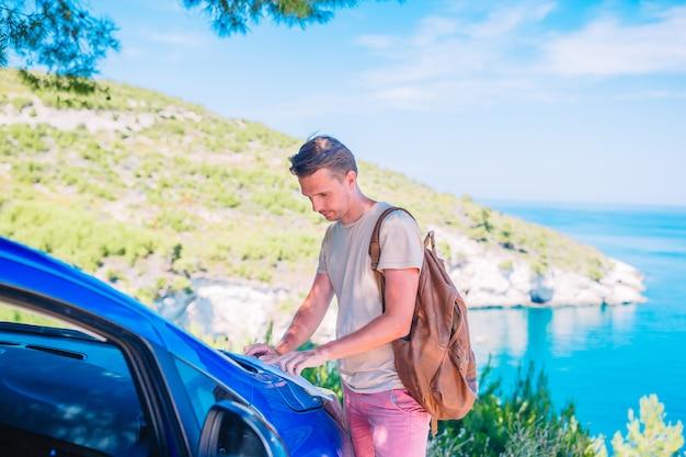 Jeune Homme Avec Carte Voyage En Voiture En Vacances D'été Photo Premium
