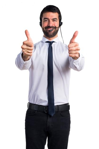Jeune homme avec un casque avec le pouce vers le haut Photo gratuit