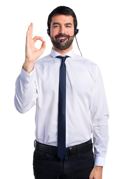Jeune Homme Avec Un Casque Signé Ok Photo gratuit