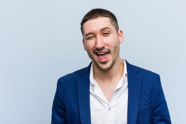Jeune homme caucasien, clin d'oeil, drôle, sympathique et insouciant. Photo Premium