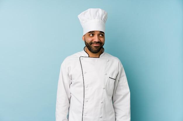 Jeune Homme De Chef Latin Rêvant D'atteindre Des Buts Et Objectifs Photo Premium