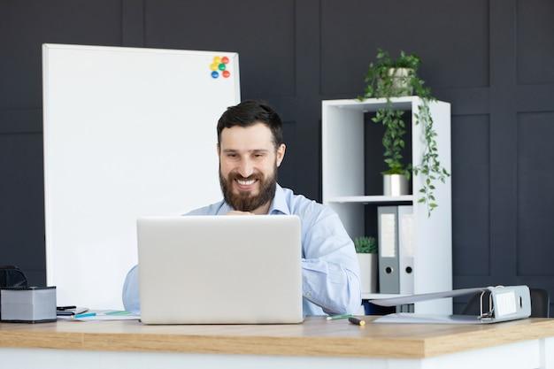 Jeune Homme Concentré Travaillant Sur Ordinateur Portable Au Bureau à Domicile Photo Premium