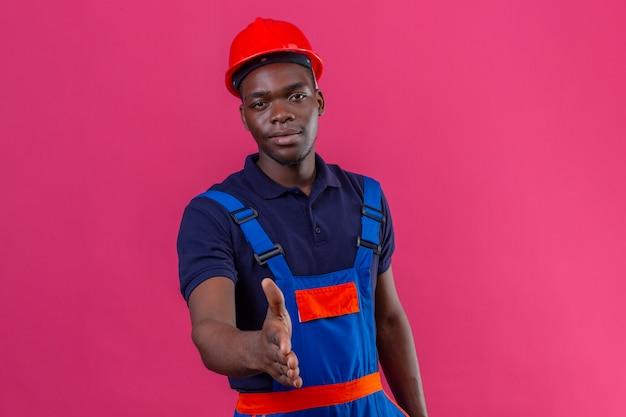 Jeune Homme De Constructeur Afro-américain Portant Un Uniforme De Construction Et Un Casque De Sécurité Photo gratuit