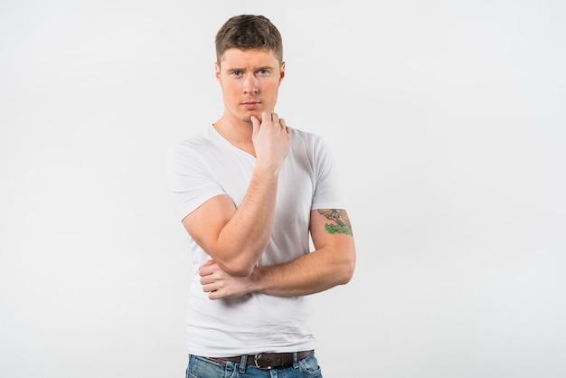 Jeune homme contemplé sur fond blanc Photo gratuit