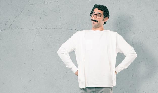 Jeune homme cool contre le mur de ciment Photo Premium