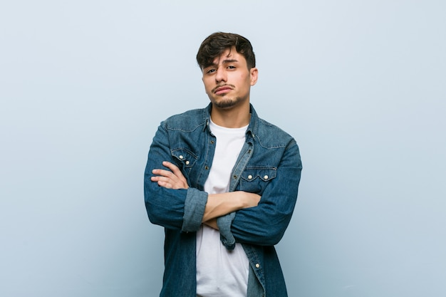 Jeune homme cool malheureux regardant à huis clos avec une expression sarcastique Photo Premium