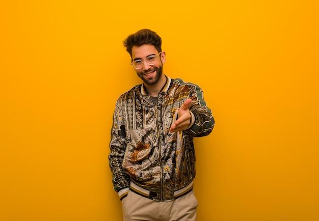 Jeune homme cool tendre la main pour saluer quelqu'un Photo Premium