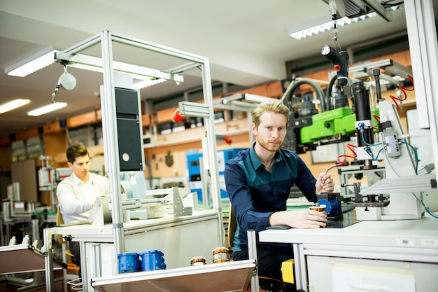 Jeune homme dans un atelier d'électronique Photo Premium