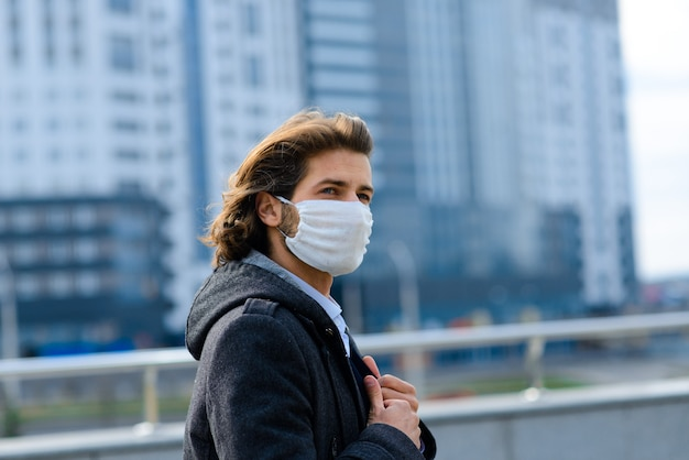 Jeune Homme Dans Un Masque Médical à L'extérieur, Pas D'argent, Crise, Pauvreté, Difficultés. Isolement Lié Au Coronavirus. Photo Premium