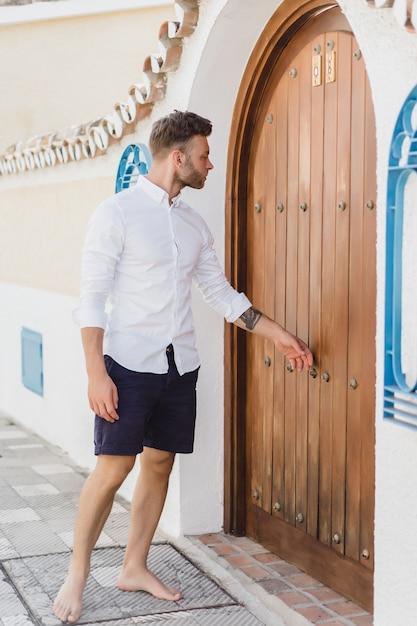 Jeune homme dans les rues d'une ville espagnole Photo gratuit