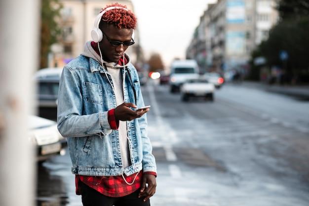 Jeune homme, dans, ville, maquette, écoute, musique Photo gratuit