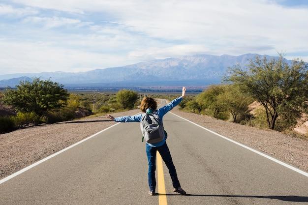 Jeune homme debout sur l'autoroute Photo gratuit