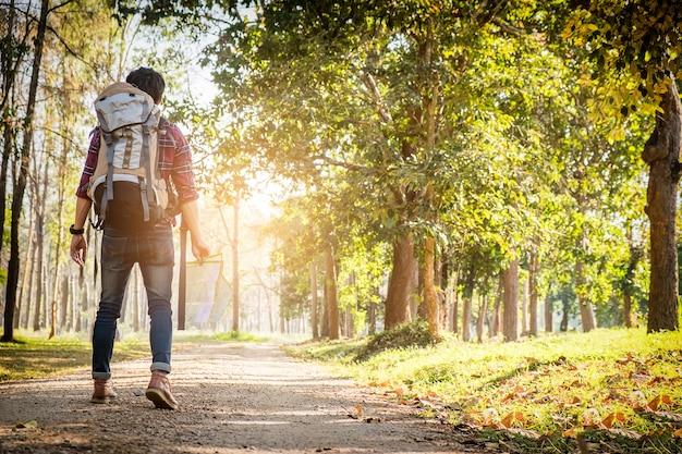 Jeune Homme Debout Seul Dans La Foret En Plein Air Avec La Nature Du