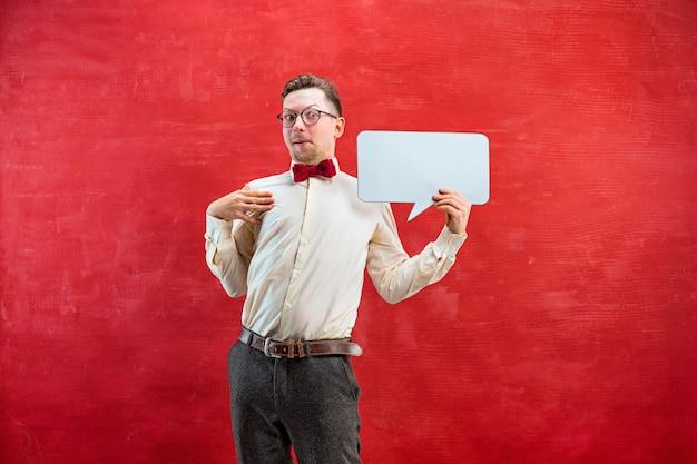 Jeune Homme Drôle Déçu Avec Signe Vierge Vide Sur Fond De Studio Rouge Avec Espace Copie Photo gratuit
