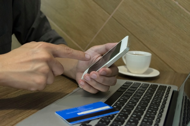 Le jeune homme a effectué un achat en ligne en utilisant une carte de crédit comme moyen de paiement. Photo Premium