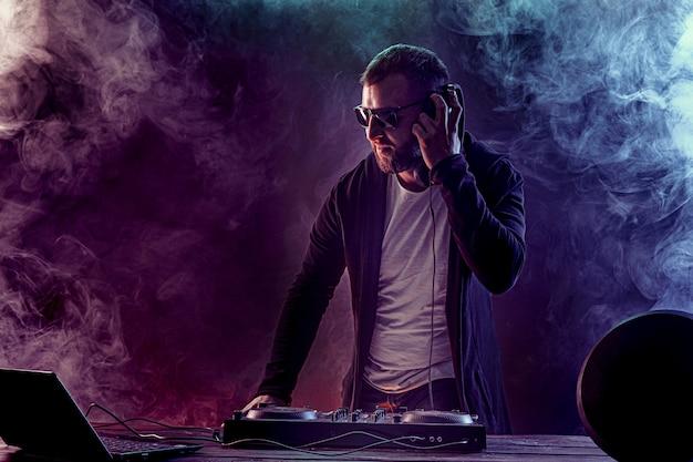 Jeune Homme élégant Dans Des Verres Posant Derrière La Console De Mixage Photo Premium