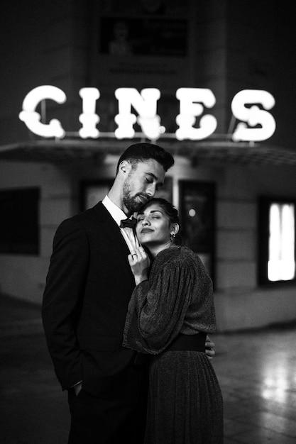 Jeune homme embrassant une charmante femme séduisante sur la rue Photo gratuit