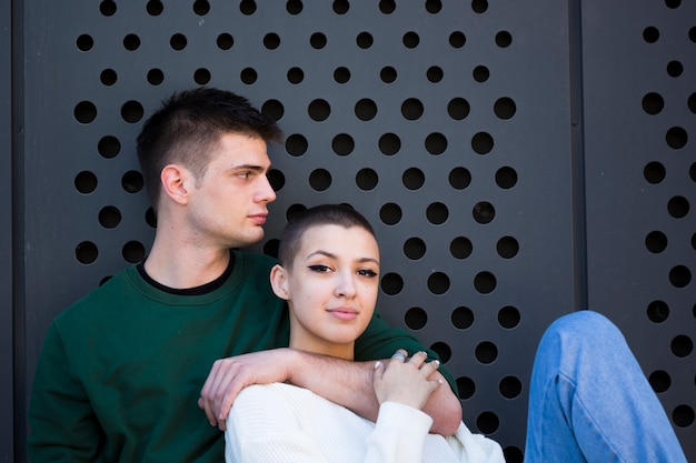 Jeune homme embrassant le cou de sa petite amie aux cheveux courts Photo gratuit