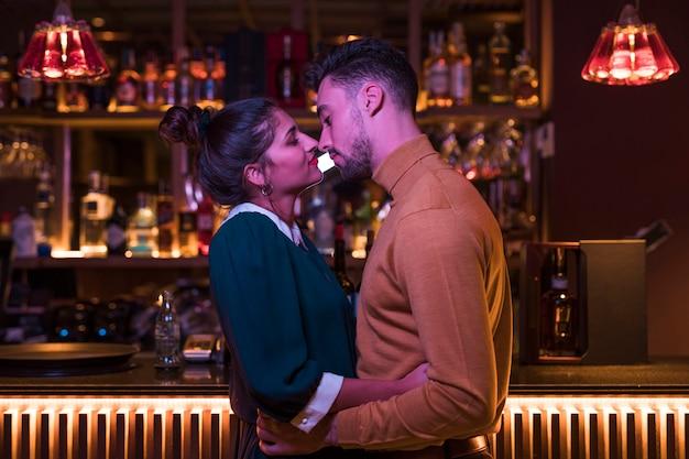 Jeune homme embrassant avec une femme charmante Photo gratuit
