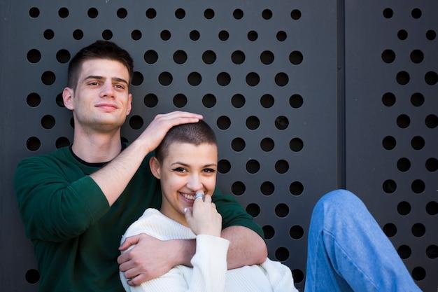 Jeune homme, embrasser, cou, et, toucher, tête, de, petite amie poil Photo gratuit