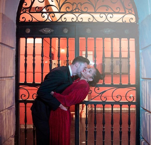 Jeune homme, embrasser, plier, attrayant, femme gaie, sur, rue Photo gratuit