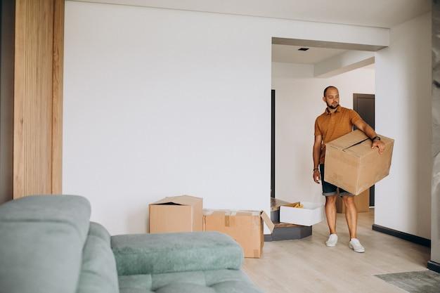 Jeune Homme Emménageant Dans Une Nouvelle Maison Photo gratuit