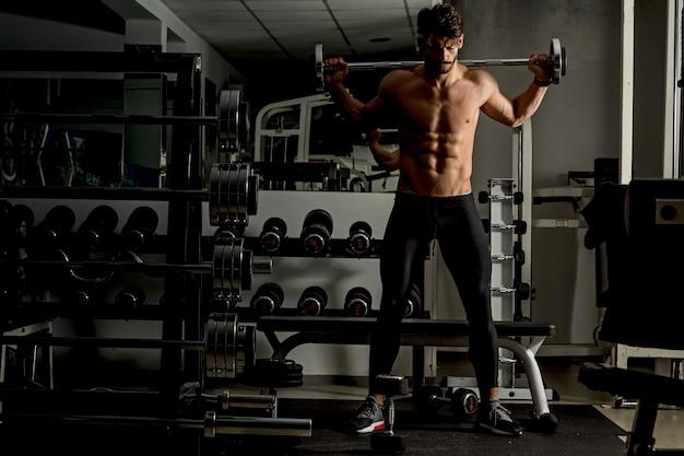 Jeune homme, entraînement, gymnase Photo Premium