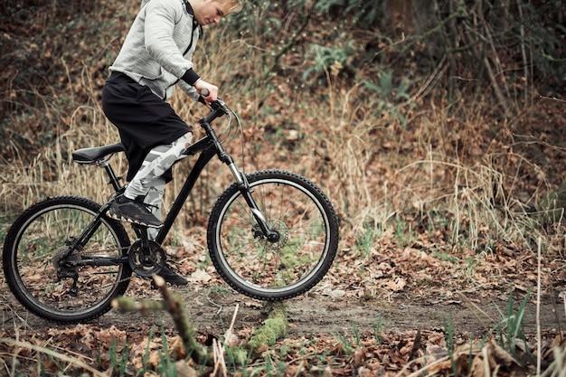 Jeune homme, équitation, sien, bicyclette, sur, route terre Photo gratuit