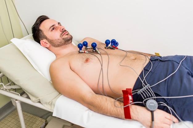 Jeune homme faisant ecg préventif à l'hôpital Photo Premium