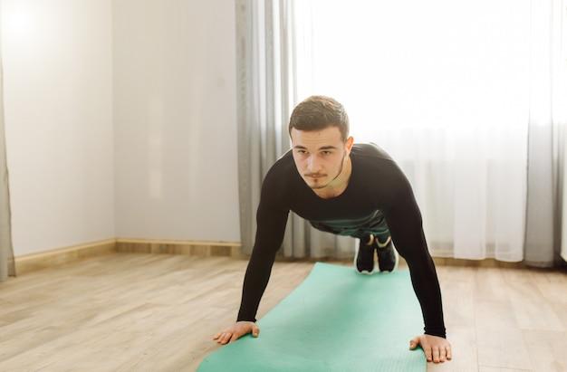 Jeune Homme Faisant Des Exercices De Sport à La Maison Photo gratuit