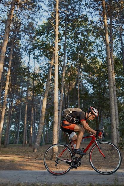 Jeune Homme Fait Du Vélo De Route Le Soir Photo gratuit