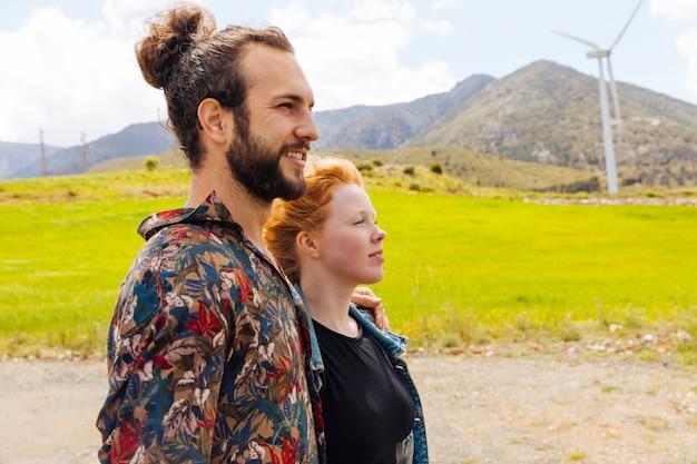 Jeune homme et femme dans la nature Photo gratuit