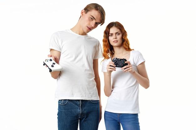Jeune Homme Et Femme Avec Joysticks Jouent Ensemble Photo Premium