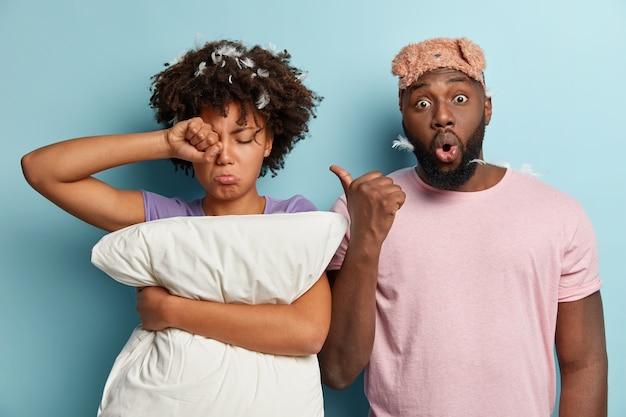 Jeune Homme Et Femme Avec Masque De Sommeil Et Oreiller Photo gratuit