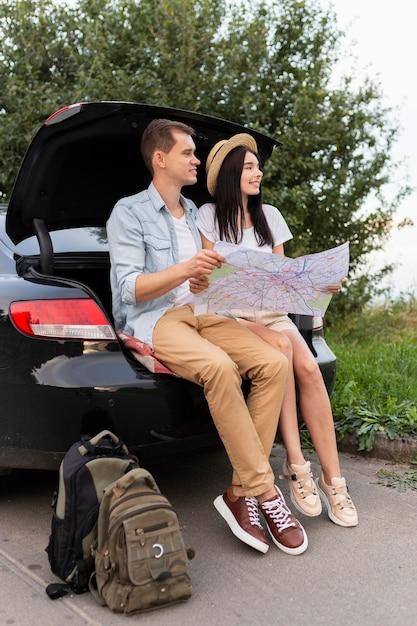 Jeune Homme Et Femme Prenant Une Pause Sur La Route Photo gratuit