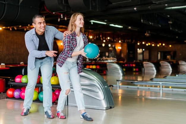 Jeune Homme Et Femme S'amusant Dans Un Club De Bowling Photo gratuit