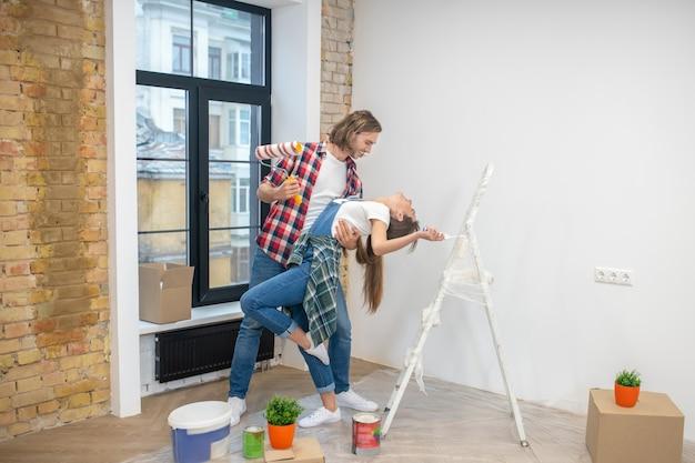 Jeune Homme Et Femme S'amusant Et Dansant Photo Premium