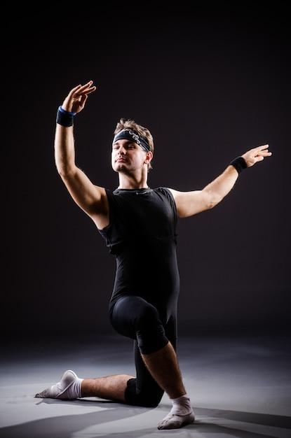 Jeune homme, formation, pour, danse ballet Photo Premium