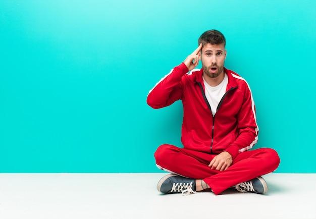 Jeune Homme Handosme à La Surprise, Bouche Bée, Choqué, Réalisant Une Nouvelle Pensée, Idée Ou Concept Contre Un Mur De Couleur Plat Photo Premium