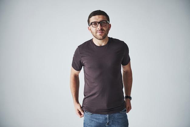 Jeune Homme Hipster Portant Des Lunettes En Riant Joyeusement Isolé Sur Blanc Photo gratuit